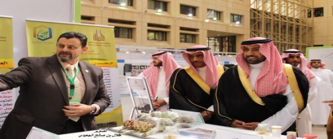 الملتقى الثالث لكراسي البحث بالمملكة: زيارة أمير منطقة الرياض لجناح الكرسي